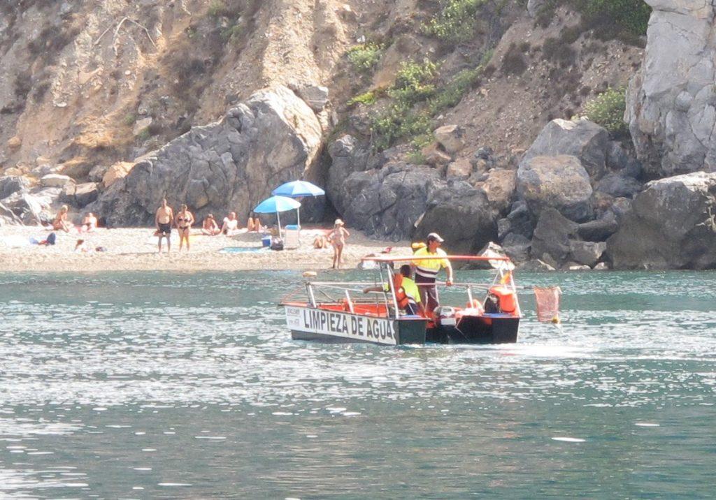 Disse båtene komme gjerne når det er pålandsvind. Da kommer også søppelet, som plukkes opp.