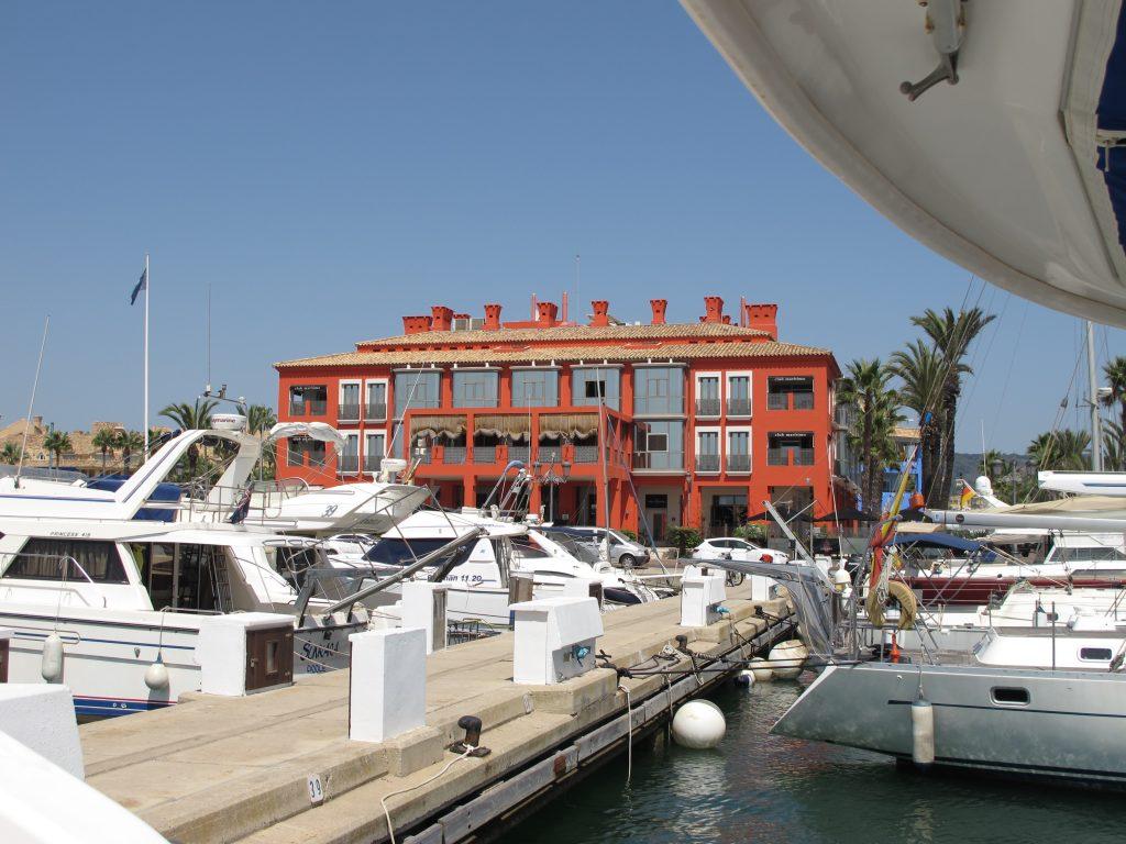 Alle marinaer med respekt for seg selv må ha en Club Maritimo. Der er det dobbelt så dyrt som alle andre steder. Merkelig system.