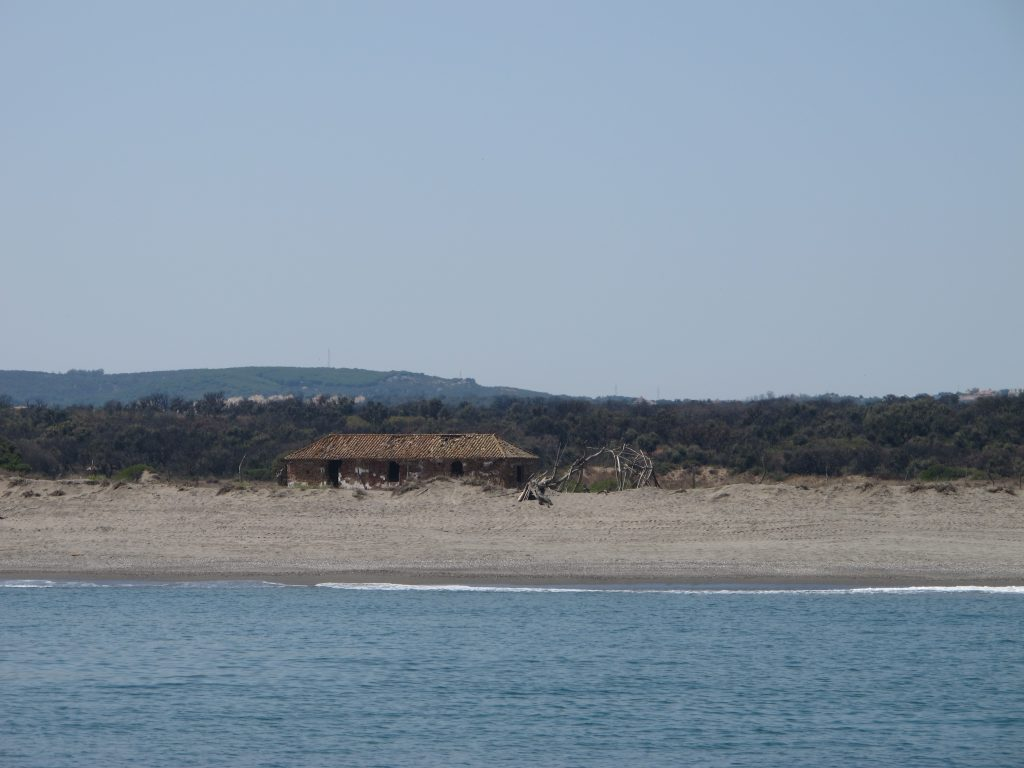 En stall på stranden hindrer ikke oss i å bade og kose oss en liten stund.