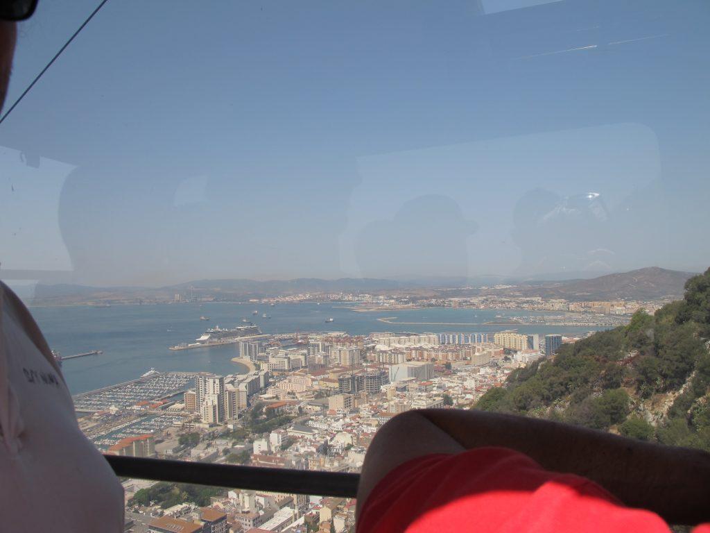 Utsikt fra gondolen. Gondolføreren, som forøvrig kjedet seg enormt, dyttet gondolen stapp full, og så var det full fart oppover.