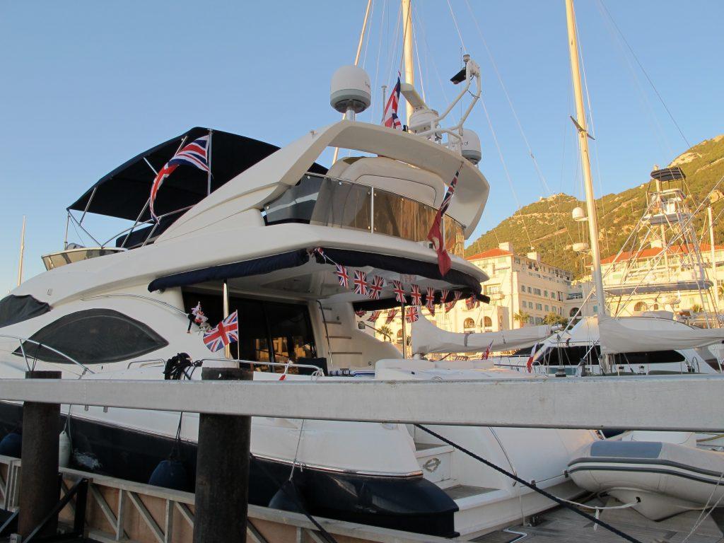 Nabobåten full av flagg.