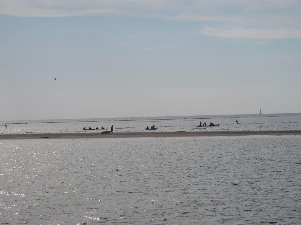 Det er litt lettere å se når det er mennesker på sanddynene.