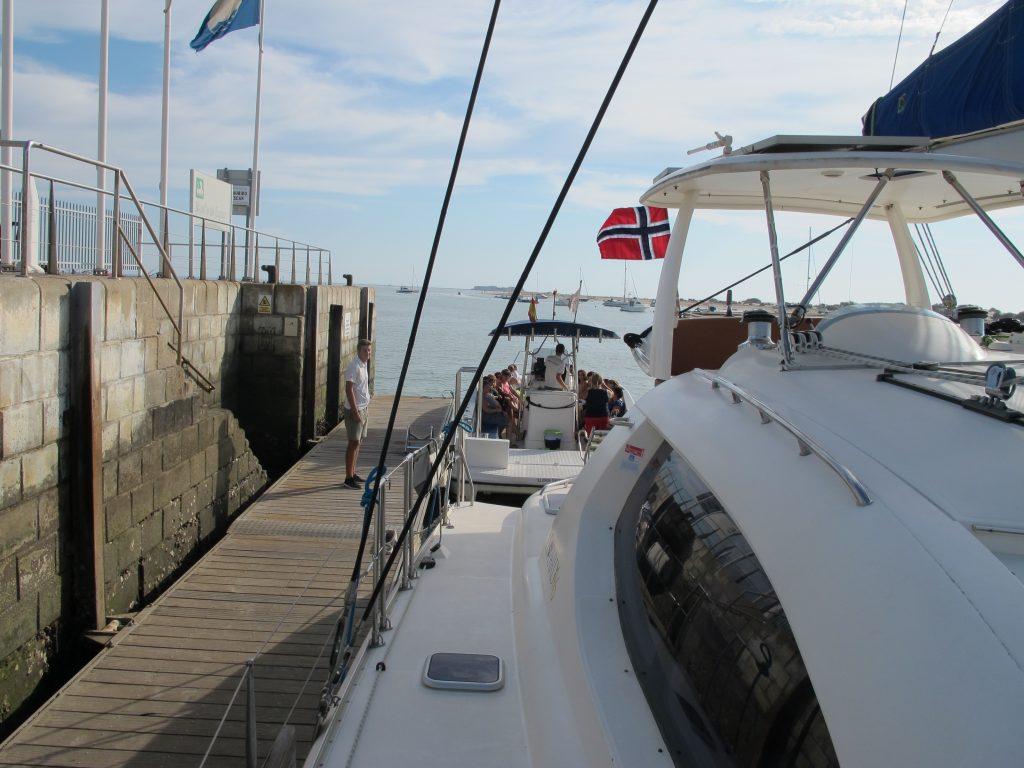 To kjempekjekke herremenn hjalp til med fortøyningene, og kapteinen kunne trygt forlate admiralinnen om bord.