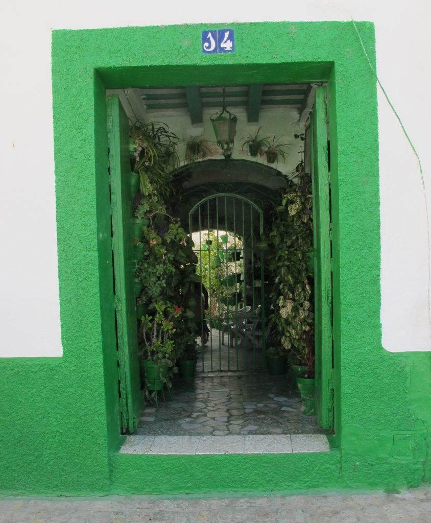 Det er små overraskelser som åpenbarer seg når den ytterste døren åpner seg. Vi får et innblikk i livet på innsiden.