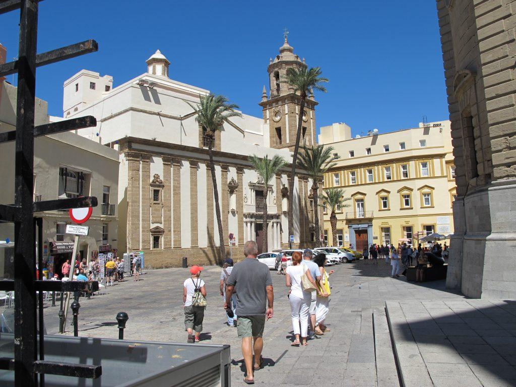 En herlig plass med masse mennesker, restauranter, musikanter, kunst, tiggere og alt som hører en storby til.