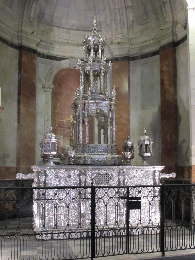 Sølvsmedene i Càdiz har laget dette smykket til katedralen. Det er laget av kun sølv.