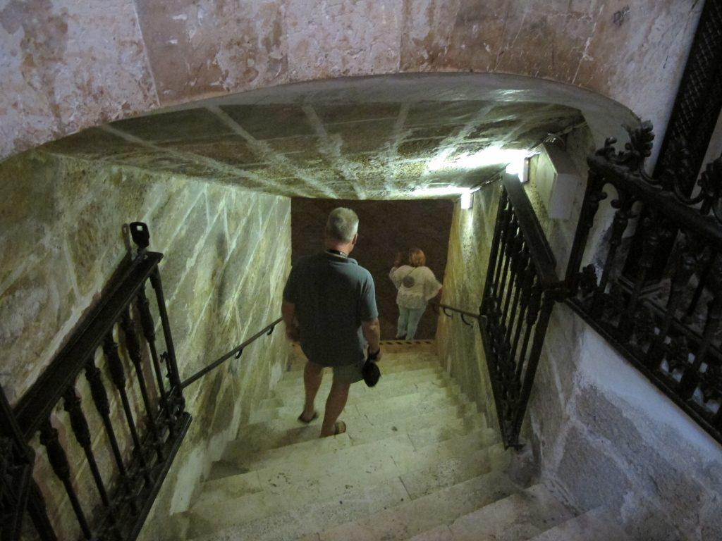 Ned i krypten måtte vi også, selv om det var innestengt og høy luftfuktighet. Den ligger under havoverflaten.