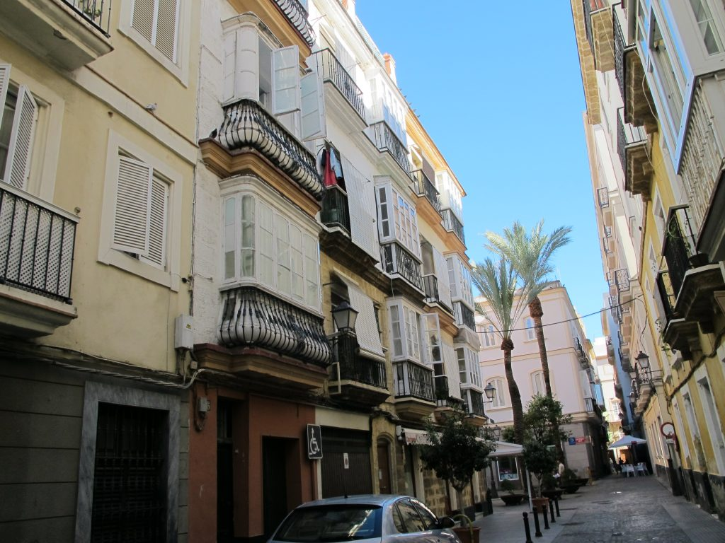 Vakre balkonger som kan minne om dem i Porto i Portugal.
