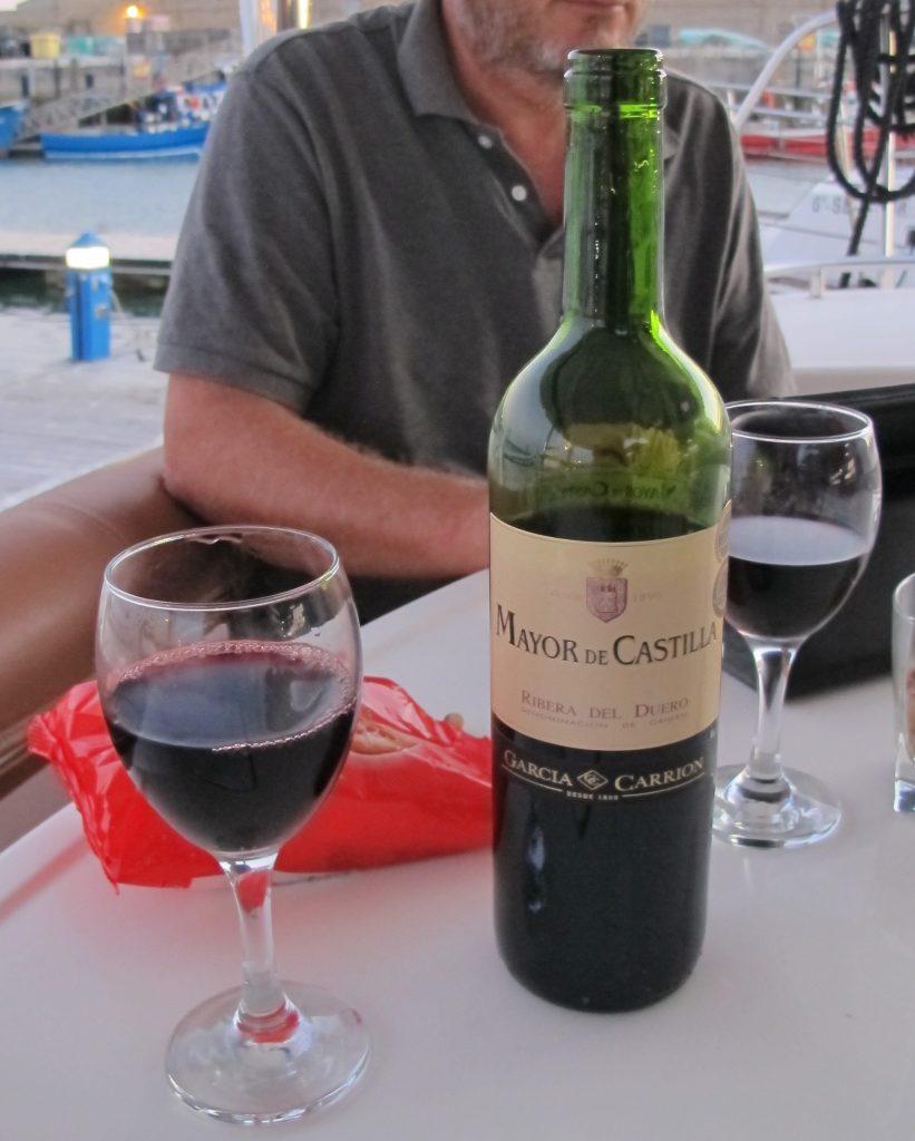 Vi nyter vår vin til 2,30 Euro