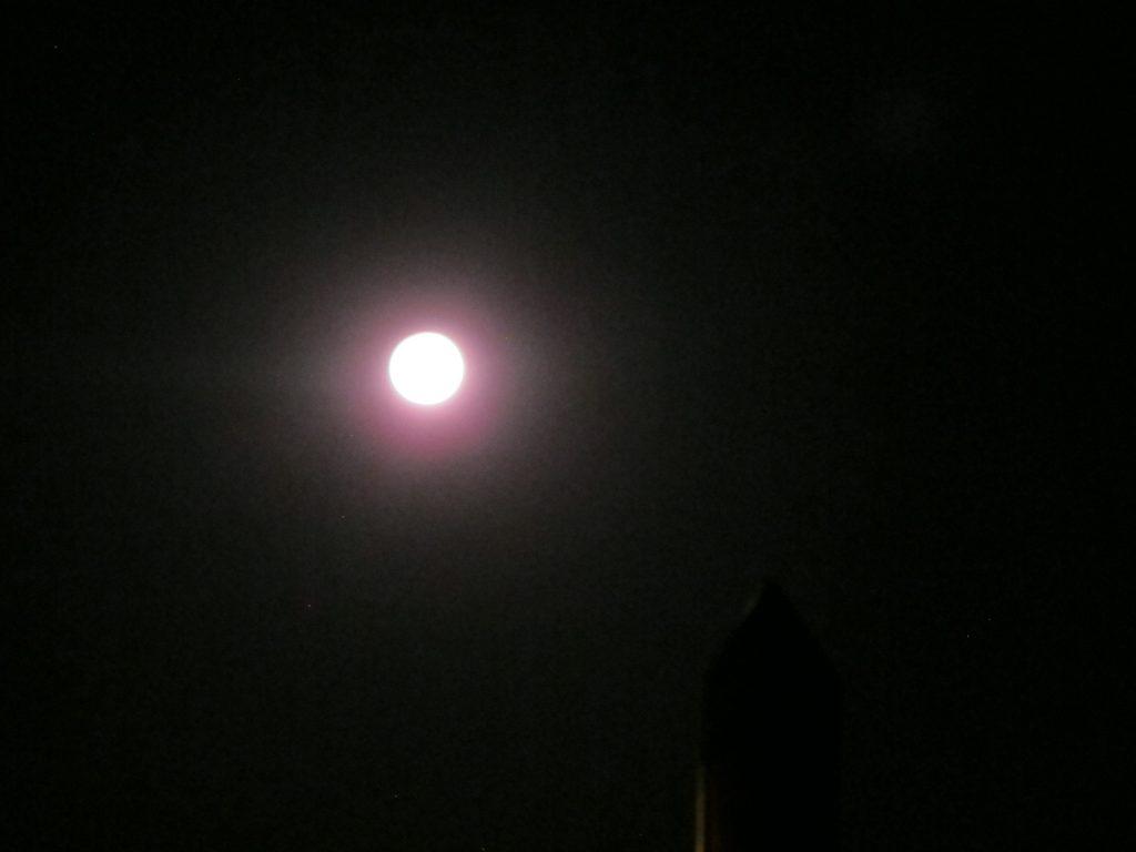 Og fullmånen lyser opp, selv om det visstnok skal bli måneformørkelse i natt.