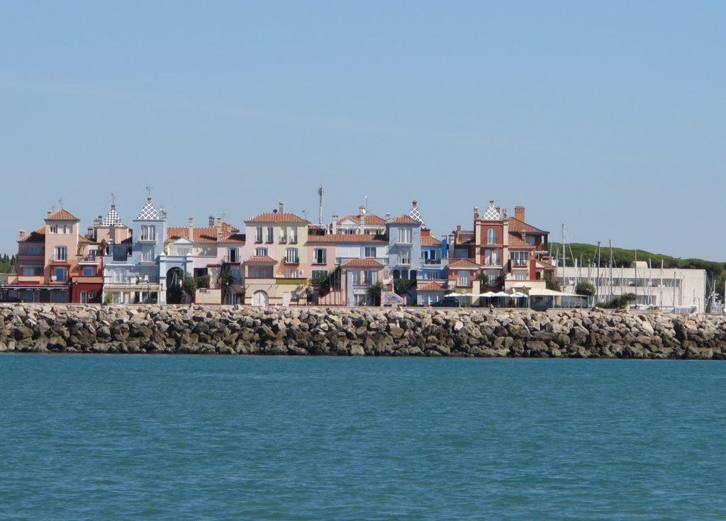 Spesiell og morsom arkitektur på leilighetene i Puerto Sherry.