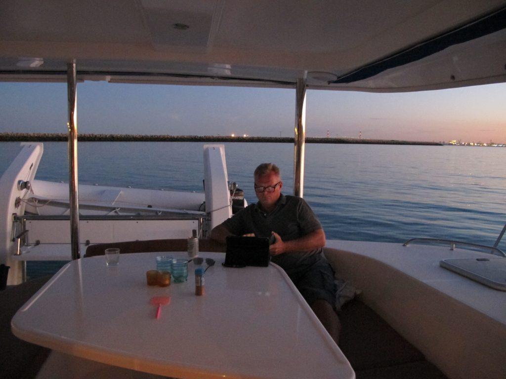 Når middagen er inntatt, og solen går ned, gjør kapteinen klar til Netflix.