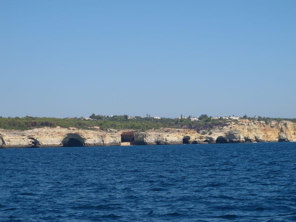 Vårt første glimt av Portugalkysten. Algarve. Gjennomhullet av huler.