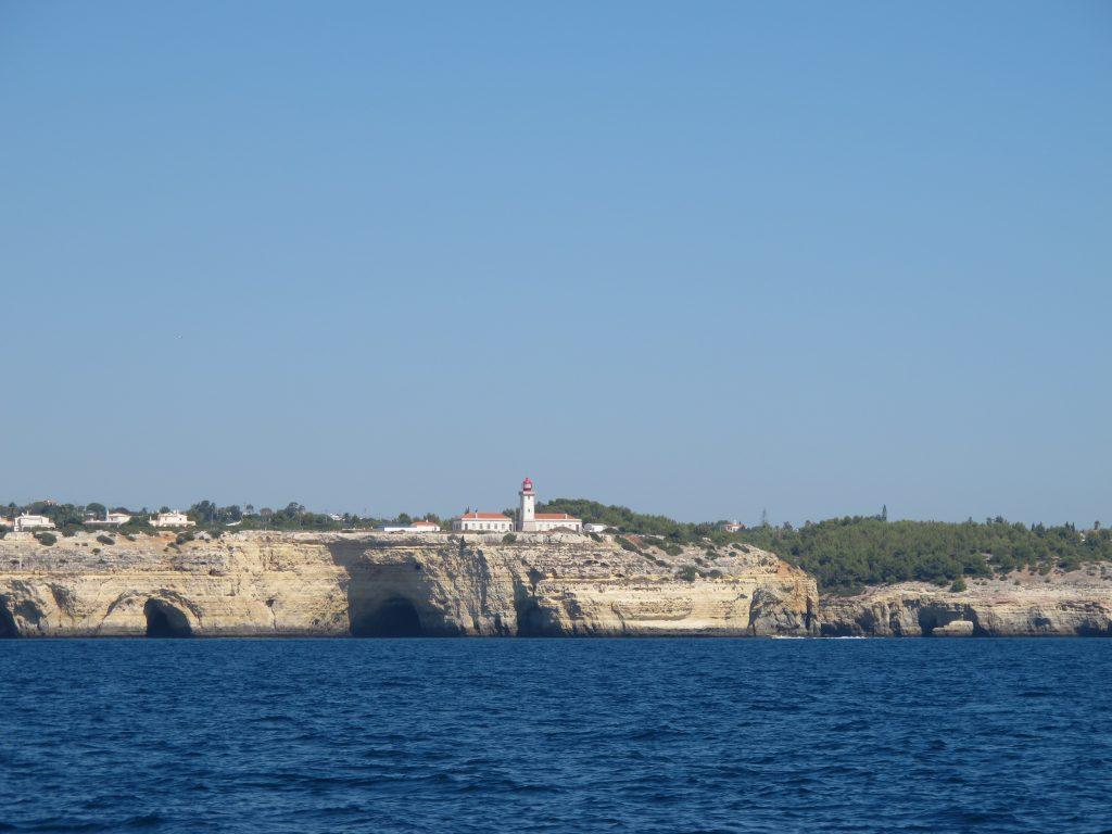 Det er populært å bygge helt ytterst på klippene her også. Utsikt skal det være.