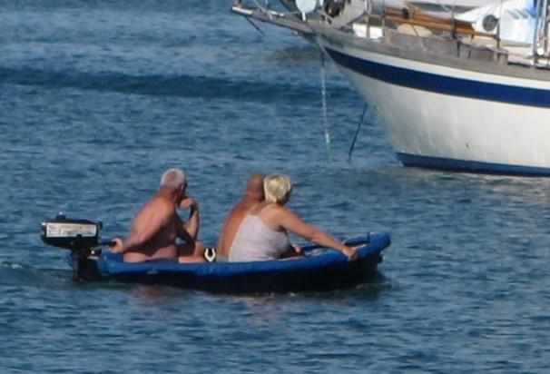 Enkelte tar store sjanser for å komme seg i land. En bølge her, så er de på svømmetur.