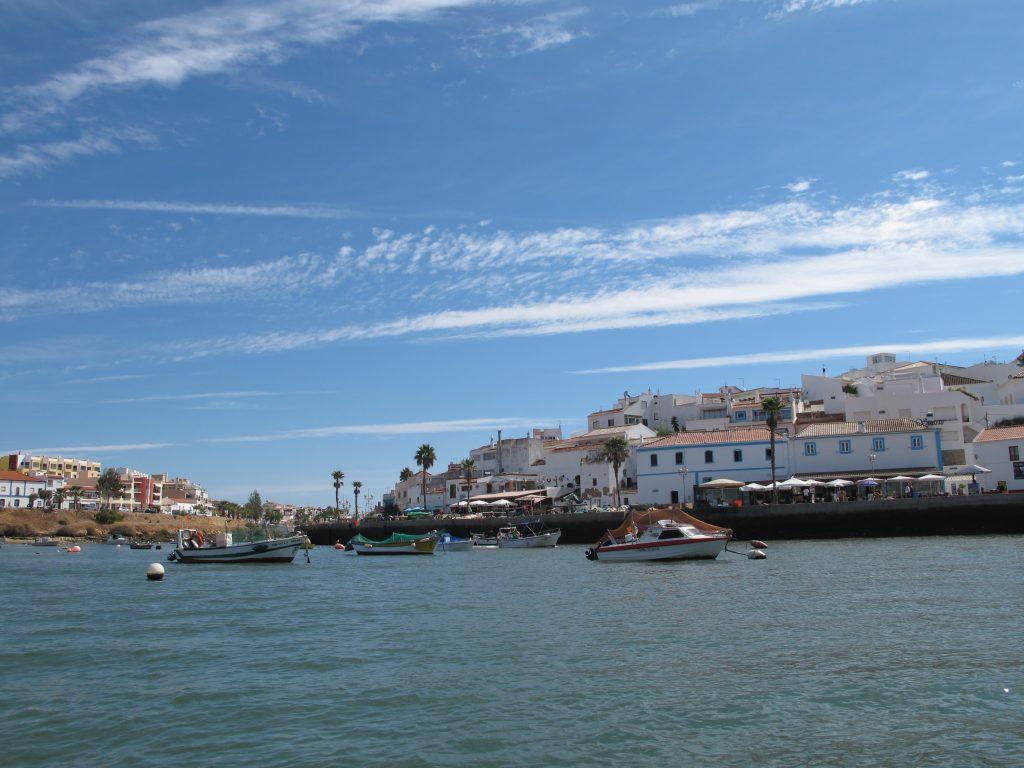 På vei inn til Ferragudo. Her kan man få grillede sardiner hvis man vil.