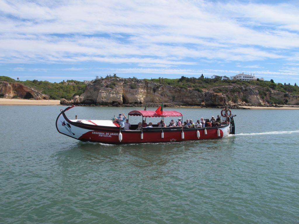 Mye hyggeligere å sitte i Numa og se på lokal turistbåt. Med mange hyggelige turister om bord.