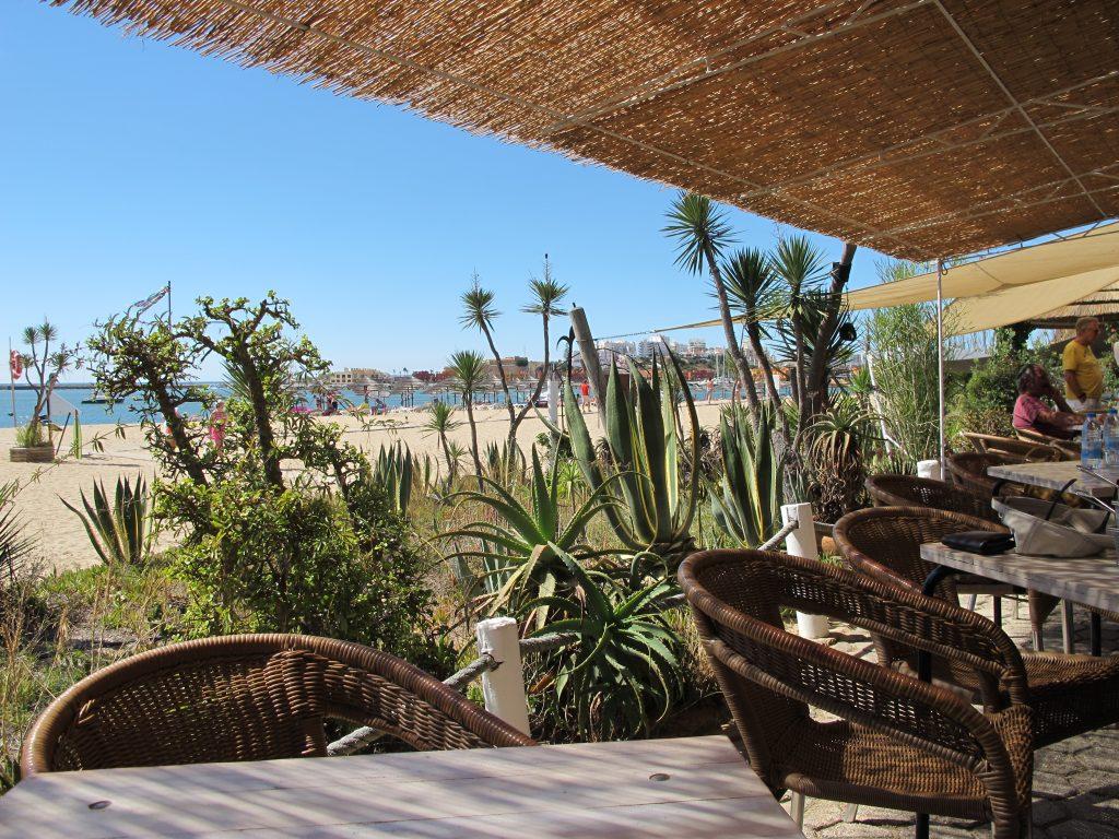 Vi er i Portugal. Ikke i karibien. I Kalu Bar er det ingen vegger. Det er bare planter.