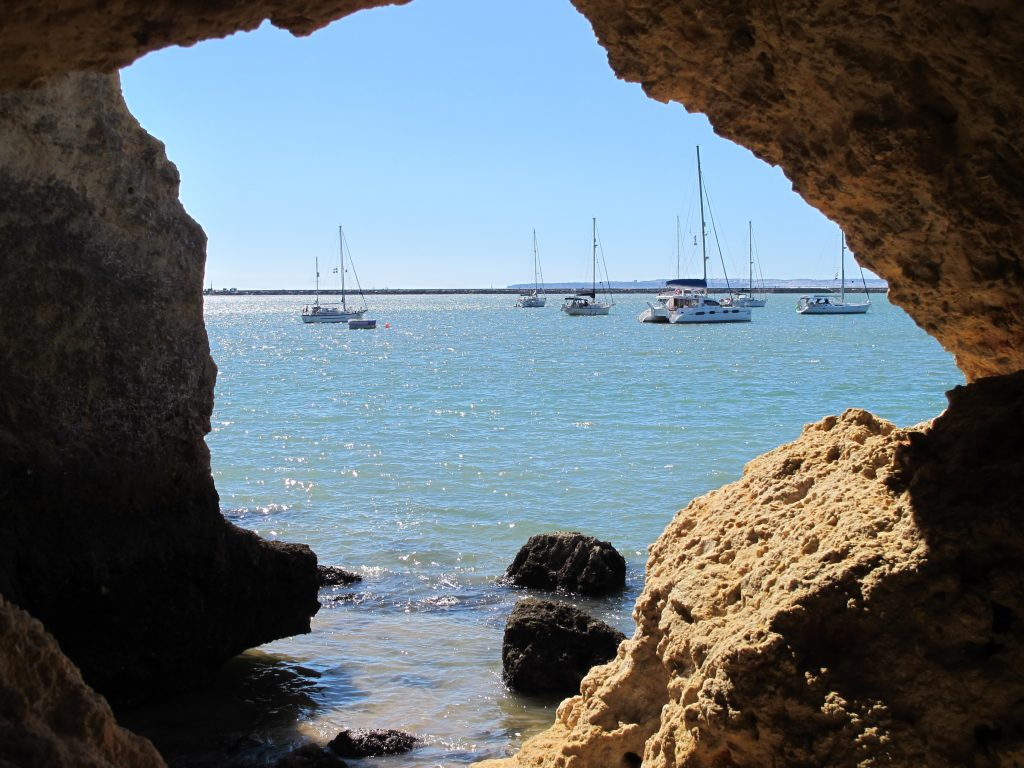 De sier at den eneste grunnen til at seilere går i land er for å ta bilde av båten sin. Så her er flott bilde til av Numa.
