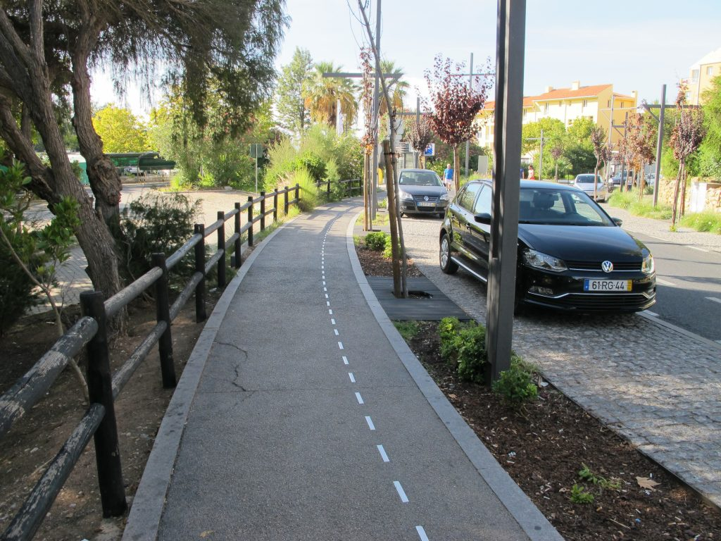 Vi lurte på om dette var et skille for fotgjengere og syklister. Men siden det er sykkelsti i gaten, fant vi ut at det måtte være pynt.