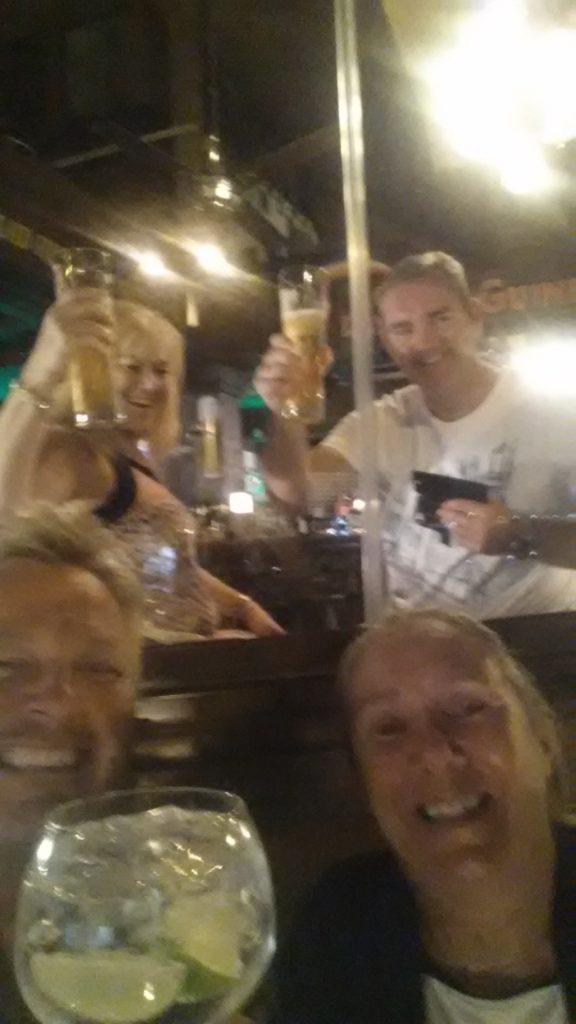"""En drink på """"The Brewerie"""". Folkene i bakgrunnen kjenner vi ikke. Men morsomme var de :)"""