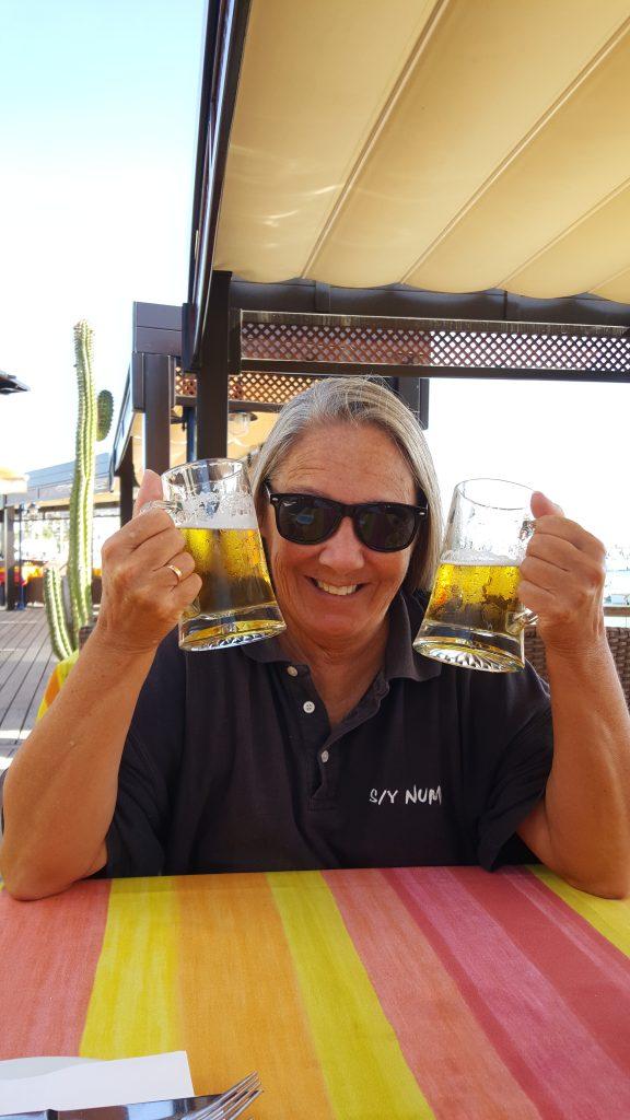 """Og vi fant et """"vannhull"""". Pappa har sagt at jeg ikke får drikke en så stor øl, så da får jeg ta to."""