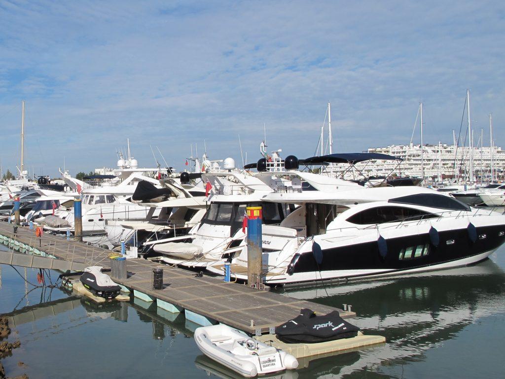 Masse lekre motorbåter ligger på bryggen ved Hotel Tivoli. Alle er engelske.