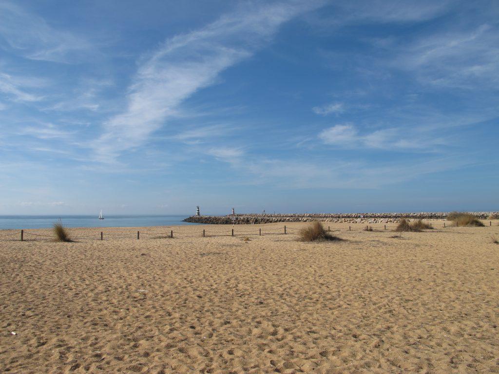 """Stranden er """"endeløs"""". Man kan velge å ligge i solstoler, eller i sanden litt utenfor flere barer."""