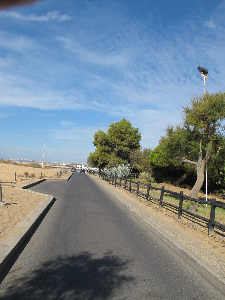 Veien langs med stranden.