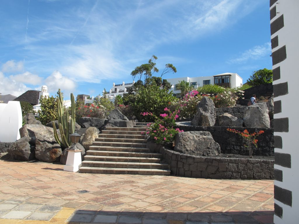 En vakker trapp. Det er mye trapper, men det er også tilrettelagt for handikappede med brolagte stier utenom trappene.