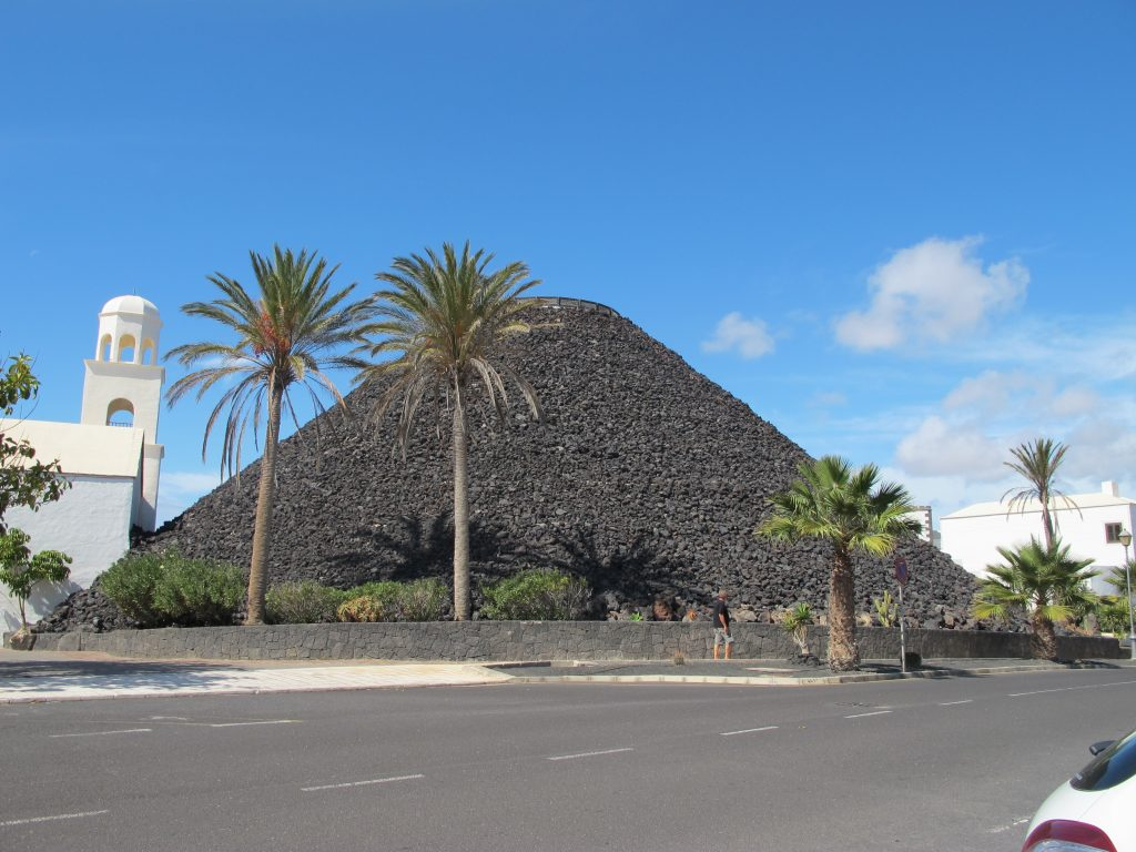 Dette er et 5 stjerners hotell som heter The Volcan Lanzarote. Taket er dekket av vulkansk stein.