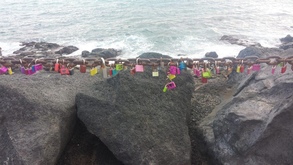 Og på kjetting langs stien var det mange som hadde lenket fast hengelåser. Både med kjærlighetserklæringer eller bare med navnene sine på. Akkurat som i Paris.