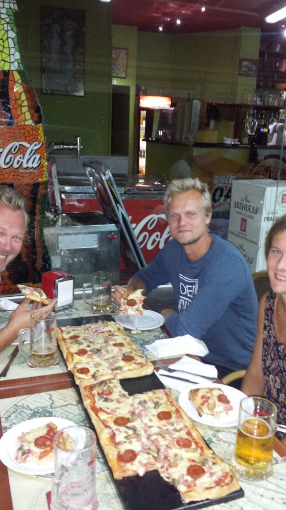 Vi kunne velge mellom vanlig pizza, en halv meter pizza, eller en hel meter pizza. Det ble selvfølgelig 1 meter pizza.