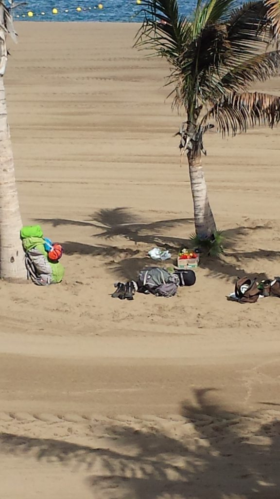 Under palmene på stranden har noen hippier slått seg ned. De er rundt å søker hyre. Kanskje de klarer å få det, selv med sitt merkverdige utseende. En av dem har kledd seg ut som Pikachu.