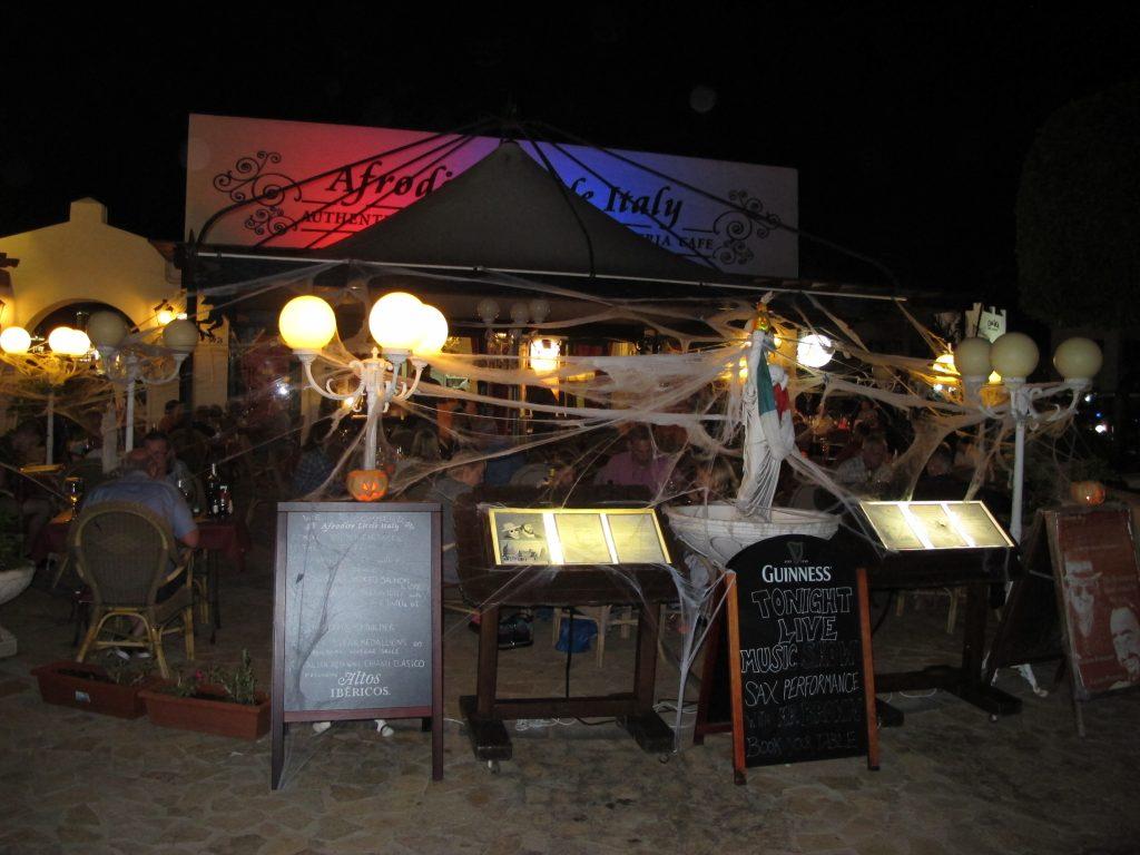 Det var ikke mye som var pyntet til Haloween i marinaen, men denne restauranten hadde tatt den helt ut.