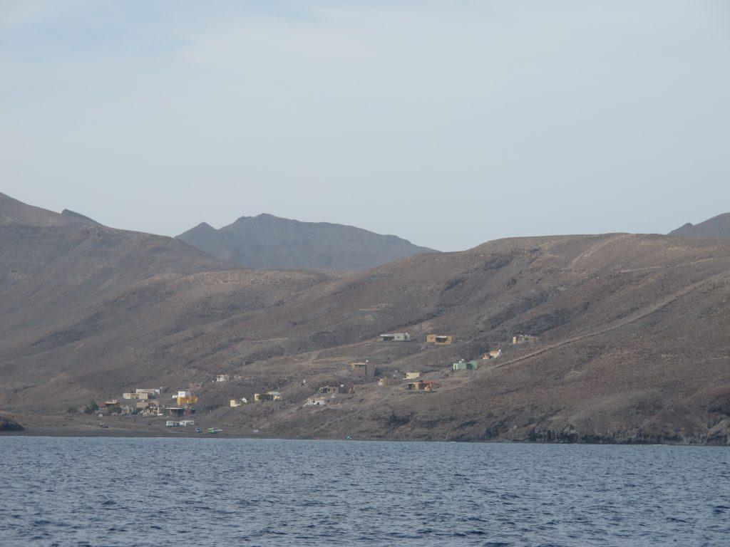 En liten landsby på en karrig fjellside. Lurer på om de har strøm og innlagt vann.