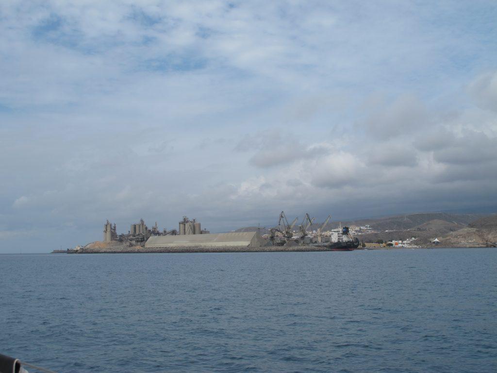 Ifølge kapteinen er dette sementfabrikken i Arguineguin.