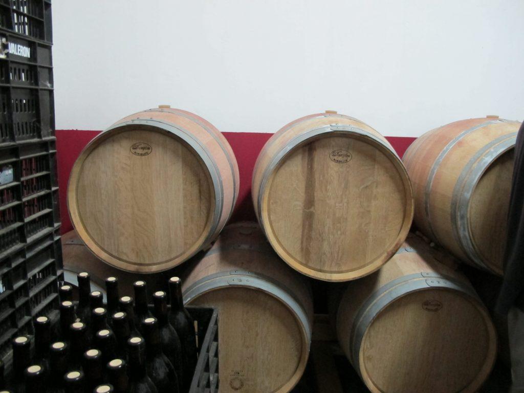 Noe av vinen blir lagt på eikefat.