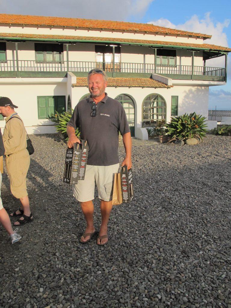 Kapteinen med fangsten vår. 3 flasker rødvin, 3 flasker hvitvin og litt ost. Alt produsert på Gran Canaria.