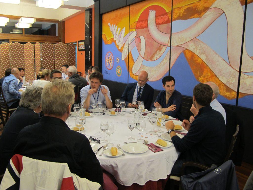 Masse hyggelige folk på bordet vårt. En nordmann, noen belgiere og noen franskmenn.