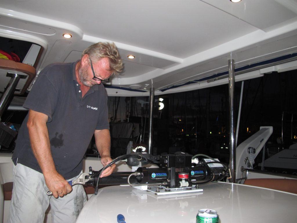 Kapteinen har tatt ut watermakeren og sjekker ALT som kan sjekkes.