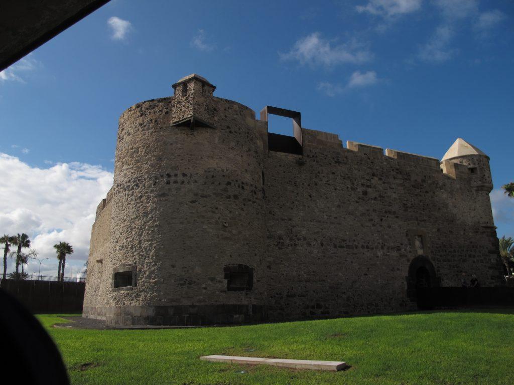 På denne plassen lå den første borgen som beskyttet havnen i Las Palmas. Da lå den på et rev, men nå er det fast land.