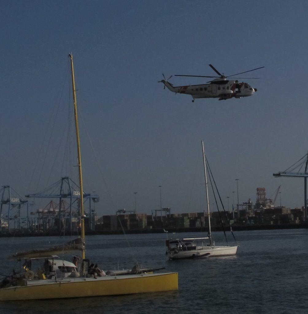 Helikopteret skal redde en på den hvite båten i bakgrunnen.