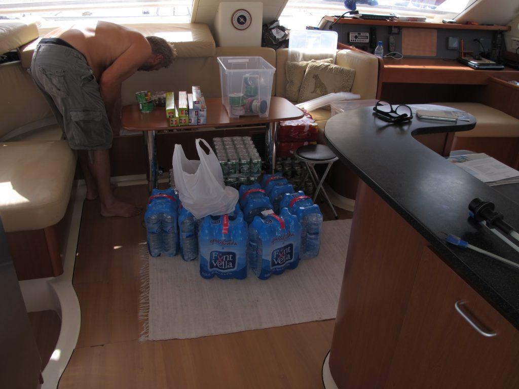Drikkevarene har kommet ombord. Og enda mere tørrvarer som Steinar har handlet på egenhånd.