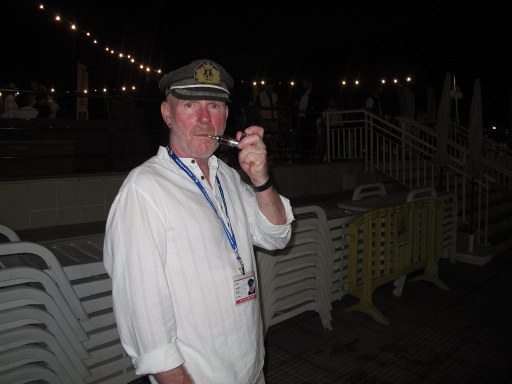 "Robert har fått til ""seiler-looken"". Kapteinslue og pipe."