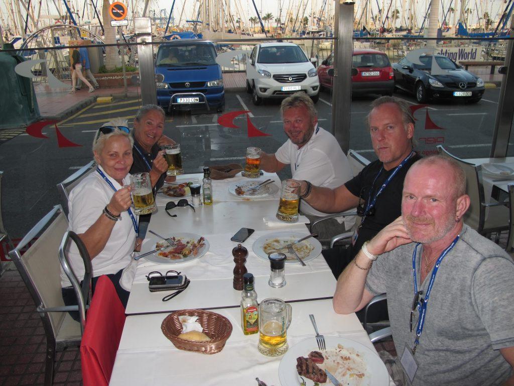 De har allerede lært å spise penere, så vi koser oss masse med maten på Pier 19.