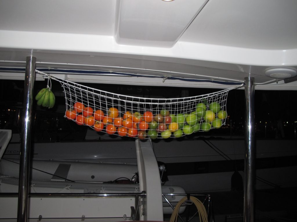 Her har vi appelsiner, sitroner, tomater (tror jeg), og en frukt vi ikke aner hva er. Men den er veldig søt og god.