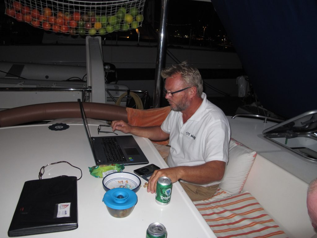 Kapteinen sjekker været og gjør de siste forberedelsene.