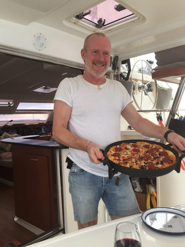 Robert serverer pizza (Photo: Per Mattsson)