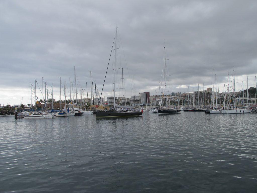 Den ene båten etter den andre forlater marinaen i Las Palmas. Vi skjønner ikke helt hvorfor enskrogs-båtene går ut med en gang, siden det er katamaran-klassen som starter først.